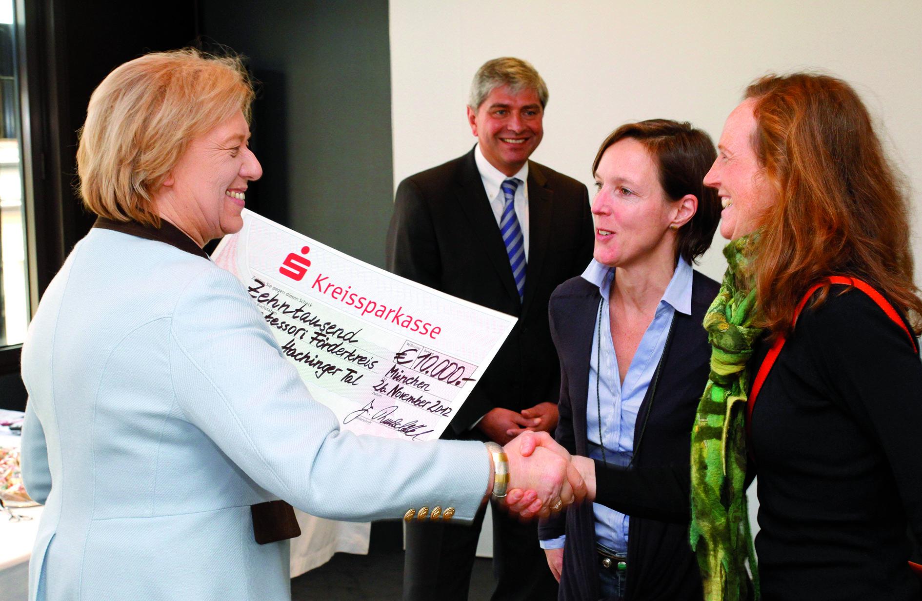 Scheckübergabe Die Stiftungsvorsitzende der Kreissparkasse München - Johanna Rumschöttel überreicht den Scheck an die Vorsitzende des Fördervereins - Anette Billmayer